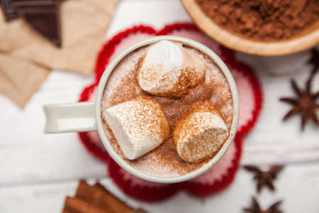 Photo pour Cocoa drink with marshmallows and cinnamon - image libre de droit