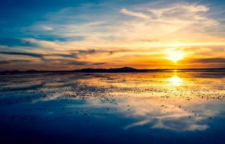 Photo pour Amazing evening sunset in Salar de Uyuni in Bolivia - image libre de droit