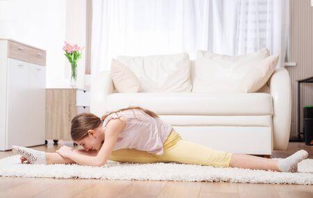 Photo pour Healthy teen doing exhausting warm-up exercises - image libre de droit