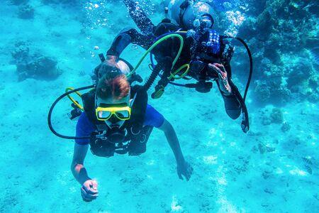 Photo pour divers training underwater near coral reefs - image libre de droit