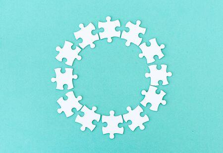 Photo pour Circle made of white jigsaw puzzle pieces on blue - image libre de droit