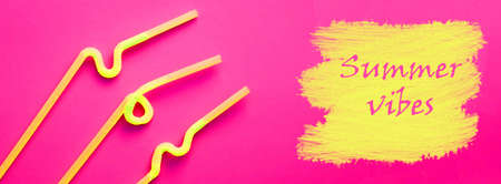 Foto de Yellow plastic cocktail tubes with a flexible part, due to which they can be twisted into a knot or in a zigzag, on a crimson background. The words SUMMER VIBES is written on yellow drawn stains like a paint. Summer holiday concept - Imagen libre de derechos