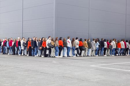 Photo pour Large group of people waiting in line - image libre de droit