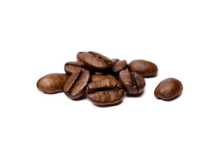 Photo pour Roasted coffee beans isolated on white background - image libre de droit