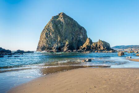 Photo pour A view of the Haystack Rock Monolith at Cannon Beach, Oregon. - image libre de droit