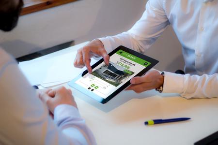 Photo pour client discussing with an real estate agent a house. - image libre de droit