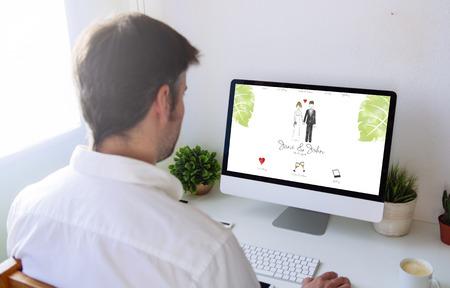 Foto de Man browsing wedding website on computer - Imagen libre de derechos