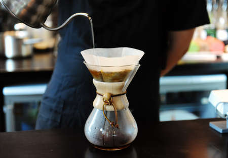 Photo pour Professional barista brewing coffee in coffee shop - image libre de droit