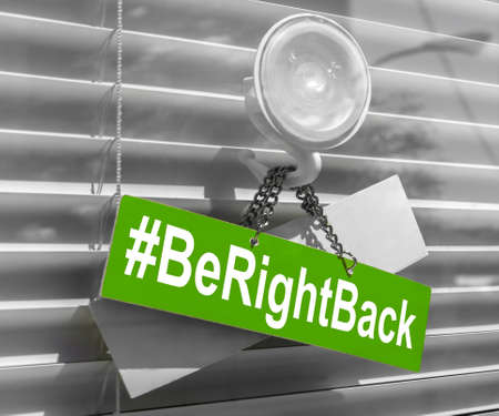 Foto de Hashtag Be right back on a glass door with a white, closed venetian blind. It can be used for business concepts or backgrounds. - Imagen libre de derechos