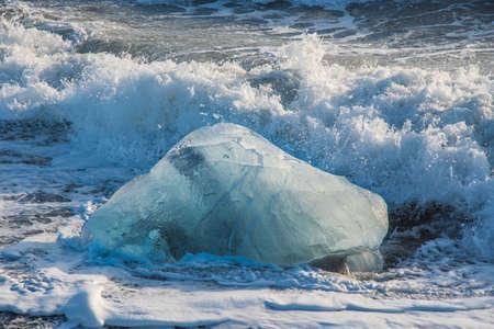 Photo pour Icebergs on the coast of Diamond beach near Jokulsarlon in South Iceland - image libre de droit