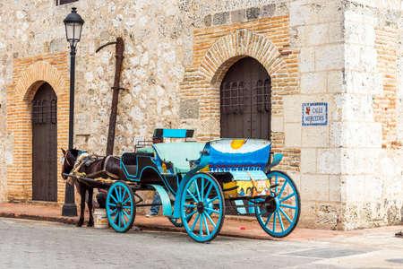 Foto de Retro carriage with a horse on a city street in Santo Domingo, Dominican Republic. - Imagen libre de derechos