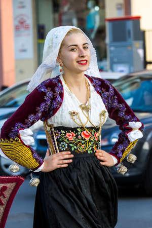 QUARTU S.E., ITALIA - SETTEMBRE 17, 2016: Sfilata di costumi sardi e carri per la sagra dell'uva in onore dei festeggiamenti di Sant'Elena. - Sardegna