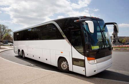 Photo pour Parked white sightseeing tour bus. - image libre de droit