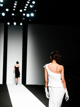 Foto de Models on the catwalk during a fashion show. - Imagen libre de derechos
