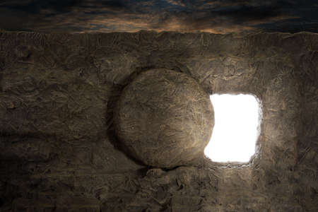Photo pour Tomb of Jesus with light coming out of opening - image libre de droit