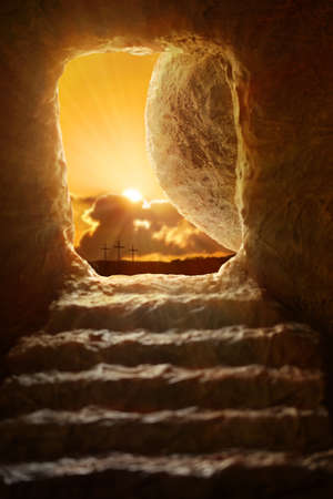 Photo pour Open tomb of Jesus with sun appearing through entrance - Shallow depth of field on stone - image libre de droit