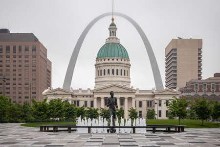 Foto de Saint Louis gateway arch and Kiener Park, Missouri, US of America, cloudy spring day. - Imagen libre de derechos