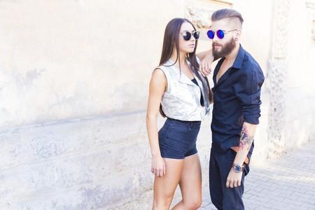 Photo pour Two elegant hipster people in sunglasses posing. - image libre de droit
