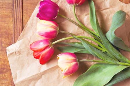 Photo pour Colorful tulips bouquet as a gift on wrapping paper - image libre de droit