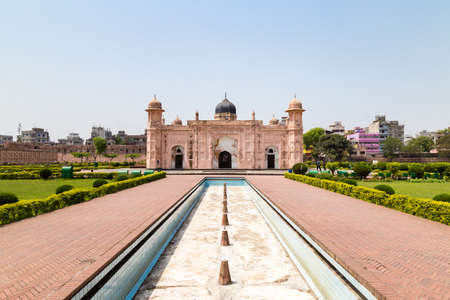 Photo pour View of Mausoleum of Bibipari in Lalbagh fort. Lalbagh fort is an incomplete Mughal fortress in Dhaka, Bangladesh - image libre de droit