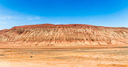 Photo pour Flaming mountains, Turpan, Xinjiang, China: these intense red arid mountains appear in the Chinese epic? Journey to the west ?. Turpan is an ancient oasis on the Silk Road - image libre de droit