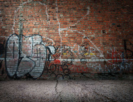 Photo pour Graffiti on the old wall of red brick - image libre de droit