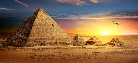 Photo pour Pyramids at sunset - image libre de droit