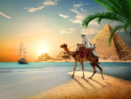 Photo pour Sea and Pyramids - image libre de droit