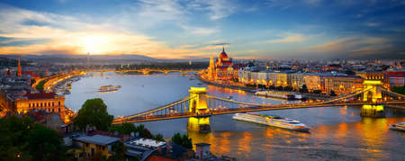 Photo pour Parliament and bridges - image libre de droit
