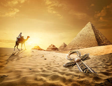 Foto de Pyramids and ankh cross - Imagen libre de derechos