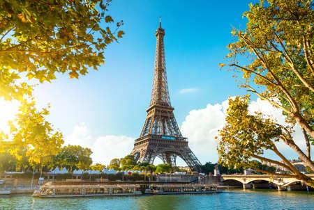 Photo pour Eiffel Tower in sunrise time - image libre de droit