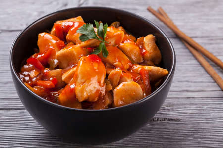 Photo pour Chinese chicken sweet and sour sauce, served with rice and vegetables on woodboard - image libre de droit