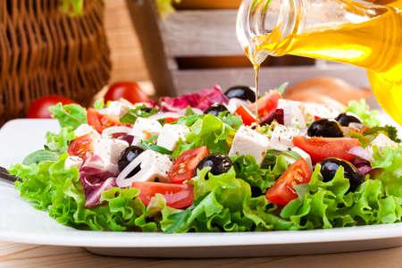 Foto de Fresh Greek salad on a plate - Imagen libre de derechos