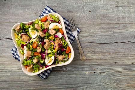 Foto de Tuna salad with lettuce, eggs and tomatoes. - Imagen libre de derechos