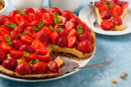 Photo pour Delicious tart with strawberries on a blue painted background. Front view. - image libre de droit