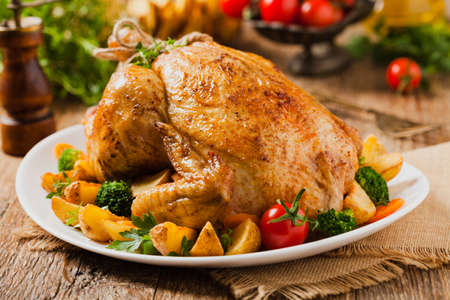 Photo pour Roast chicken whole. Served on a plate with vegetables and baked potatoes. Front view. - image libre de droit
