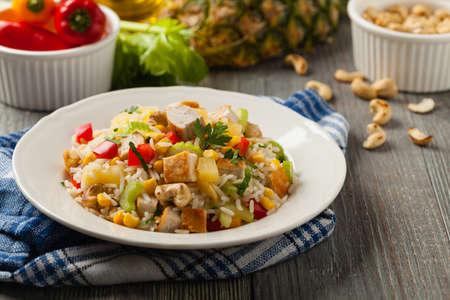 Photo pour Salad with rice, chicken, peanuts and vegetables. Front view. - image libre de droit
