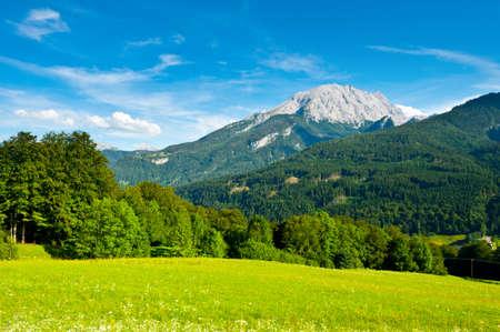 Photo pour Farmhouse in the Bavarian Alps, Germany - image libre de droit