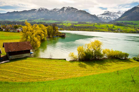 Foto de Lake Sarner on the Background of Snow-capped Alps, Switzerland - Imagen libre de derechos