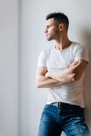 Photo pour Confident handsome man with crossed arms posing on white background - image libre de droit