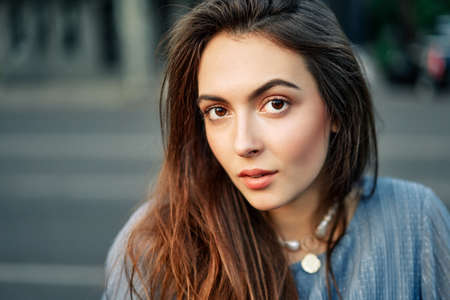 Photo pour Close up young beautiful woman portrait posing in the city street in summer - image libre de droit
