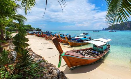 Foto de Decorated thai longtail taxi boats at Phi Phi island - Imagen libre de derechos