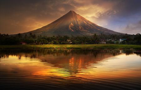 Photo pour Mayon Volcano,Philippines - image libre de droit
