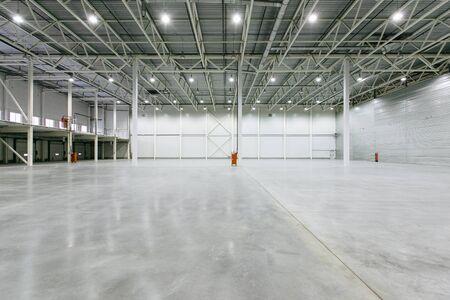 Photo pour Interior of empty warehouse - image libre de droit
