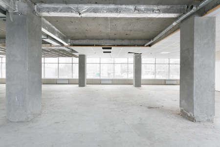 Photo pour empty pure commercial office building undecorated in gray colors.open space office - image libre de droit