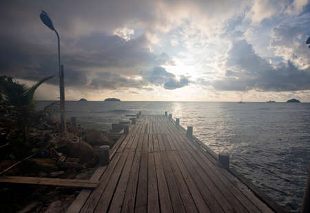 Photo pour Bridge to the sea, the evening sky. - image libre de droit