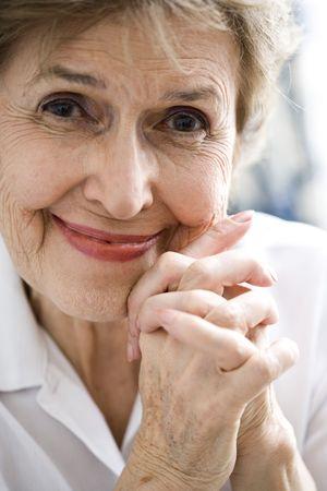 Photo pour Close up of happy senior woman in her 70s - image libre de droit