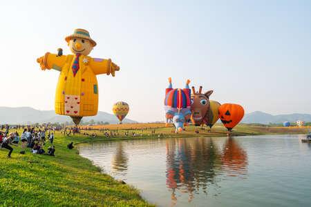 Photo pour Chiangrai, Thailand - February 15, 2019: Unidentified many people enjoying International Balloon Festival 2019 at Singha park in Chiangrai, Thailand - image libre de droit