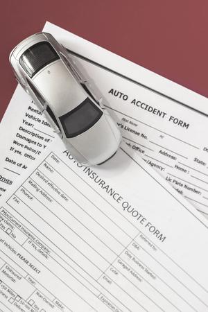 Photo pour blank motor insurance document with toy car model - image libre de droit