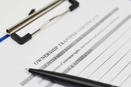 Photo pour Close-up view of Ownership transfer certificate document - image libre de droit